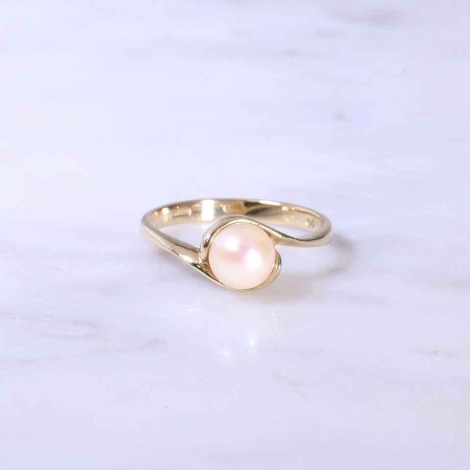 Single cultured pearl cross-over ring