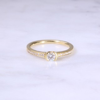 Round Brilliant Diamond Cup Set Engagement Ring
